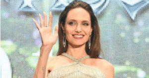 Анджелина Джоли вышла в свет в непривычном для себя светлом, да еще и «живом» платье