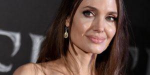 Анджелина Джоли в неожиданном платье с бабуинами