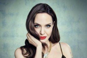 Анджелина Джоли в откровенном платье на тонких лямках снялась для глянца