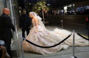 Свадебное платье «как у куклы Барби» сковало бюст Дженнифер Лопес