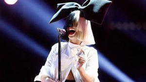 Известная певица Сиа призналась, что неизлечимо больна
