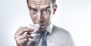 Медики рассказали, чем грозит стабильное питание на ходу