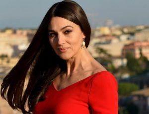 Моника Белуччи примерила платье с глубоким декольте