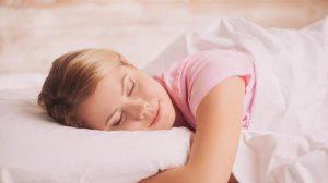 Врачи объяснили, почему нельзя спать на животе
