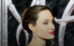 Анджелину Джоли заметили на улице в необычном платье