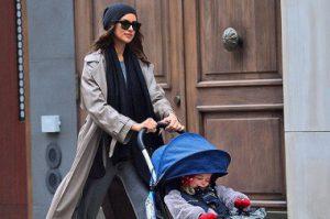 Ирина Шейк прогулялась с дочерью Леей по дождливому Нью-Йорку