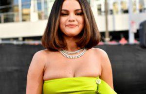Селена Гомес едва втиснула бюст в кислотно-зеленое платье на премии AMA 2019