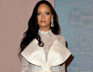 Рианна вышла в свет в платье-халате на голое тело