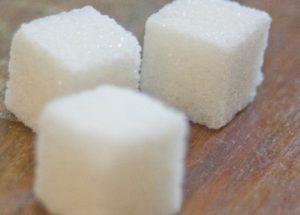 Эксперты назвали еще одно опасное свойство сахара